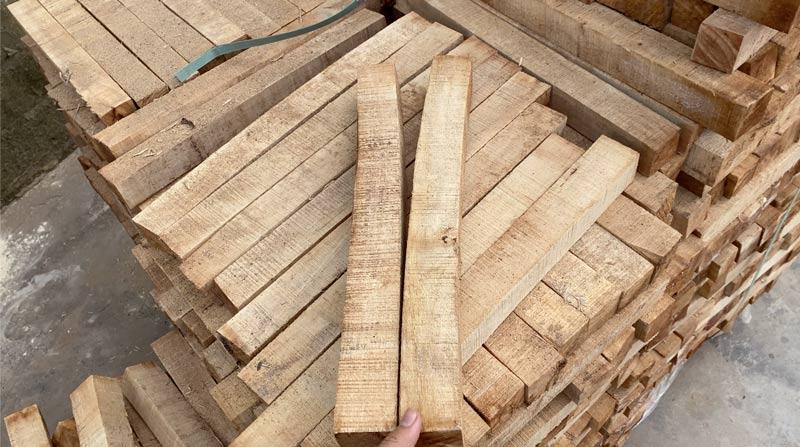 lỗi bị cong trên gỗ cao su xẻ sấy