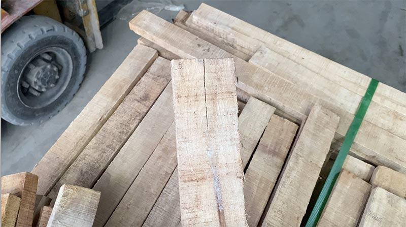 lỗi bị nứt toác trên gỗ cao su xẻ sấy